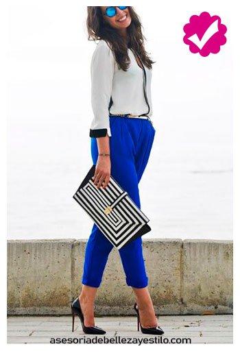 combinar pantalón azul rey con blusa holgada mujer