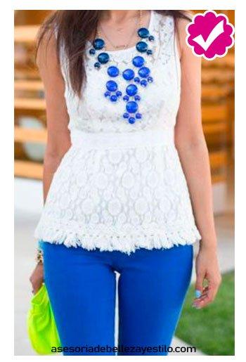 combinar pantalón azul rey con blusa color  blanca de dama