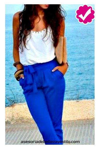 combinar pantalón azul rey con blusa blanca de mujer