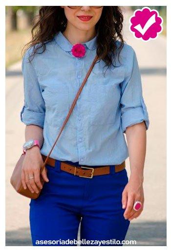 combinar pantalón azul rey con camisa celeste