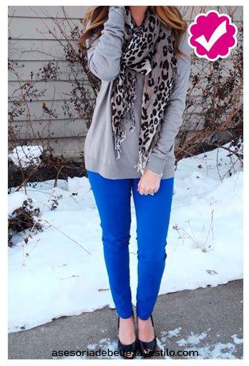 combinar pantalón azul rey con sweater gris