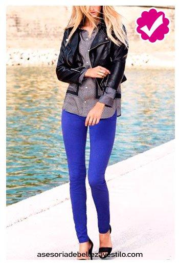combinar pantalón azul rey con blusa gris y chaqueta negra