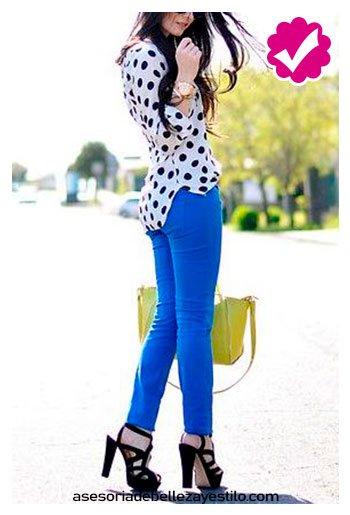 combinar pantalón azul rey con blusa con puntos negros  para mujer