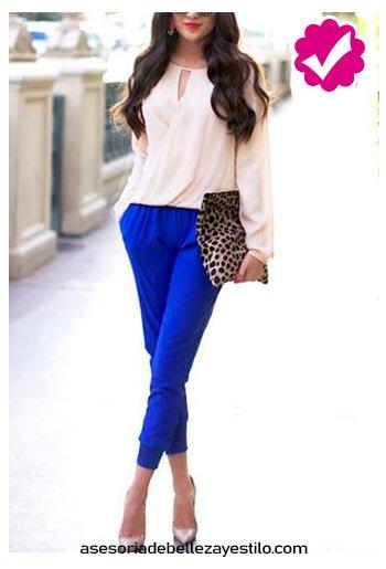 combinar pantalón azul rey con blusa color perla para mujer