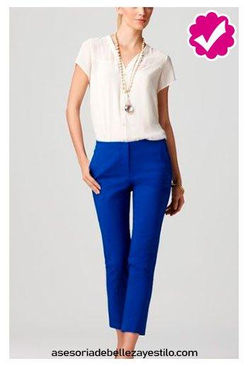combinar pantalón azul rey con blusa blanca de dama